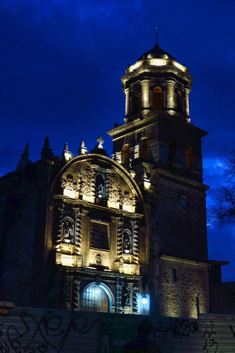 Templo de Santa Mónica by night.