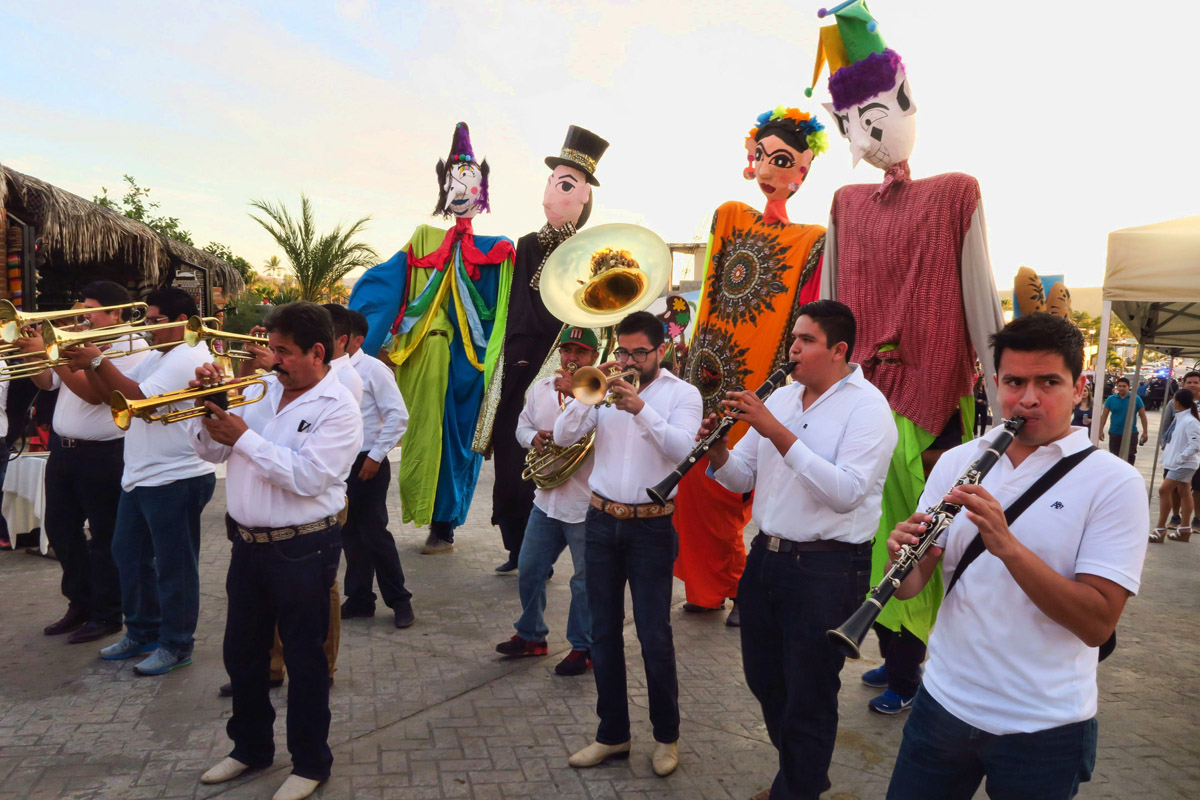 In celebration of their 20th Anniversary of the Festival of Artes, Todos Santos had a parade and Ballet Folklorico show.