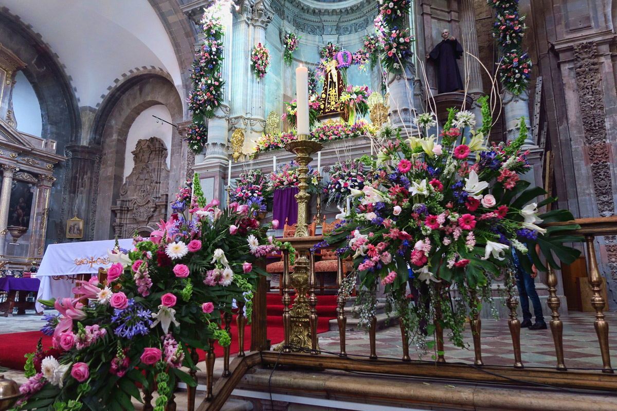 The blend of fragrances inside the Templo is intoxicating.